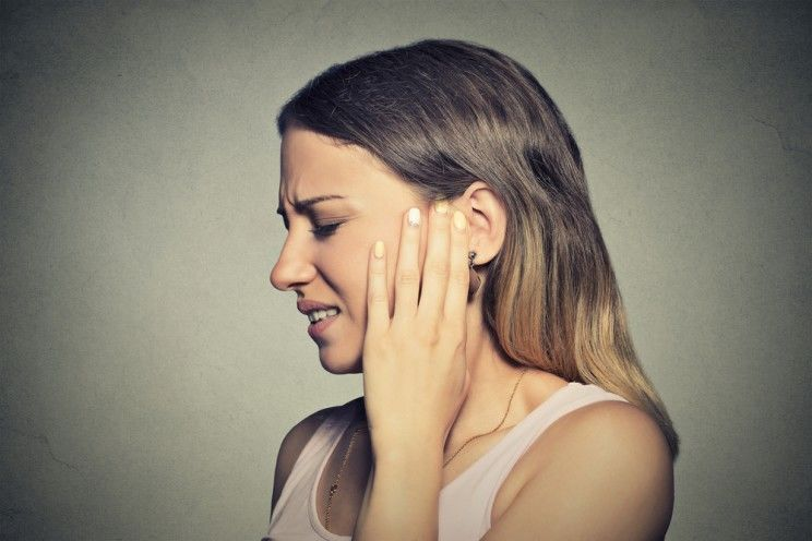 young-woman-with-ear-pain-e1460085054279.jpg