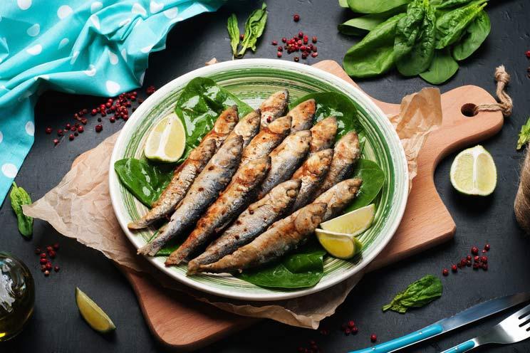 Fried-sardines-sea-fish-on-spinach.jpg